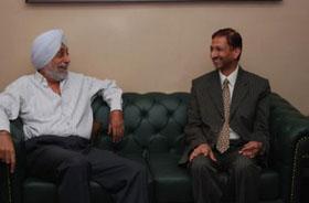श्री ए.बी.अग्रवाल, अध्यक्ष, भाखडा ब्यास प्रबन्ध बोर्ड श्री जय सिंह गिल, अध्यक्ष, पंजाब राज्य विद्युत विनियामक आयोग से भेंट करते हुए ।