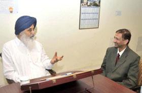 श्री ए.बी.अग्रवाल,अध्यक्ष, भाखडा ब्यास प्रबन्ध बोर्ड श्री प्रकाश सिंह बादल, माननीय मुख्यमंत्री पंजाब से भेंट करते हुए ।
